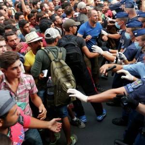Мигранты прорвали венгерский конвой и направились в сторону Будапешта