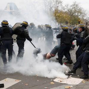 Полиция применила слезоточивый газ для разгона митинга в Париже