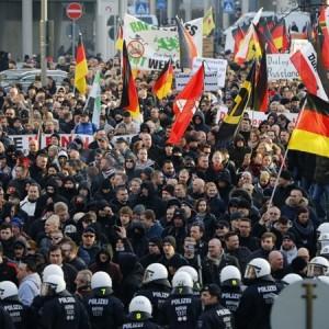 В Кельне полиция разогнала ультраправую демонстрацию водометами