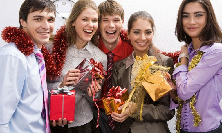 Что подарить коллегам по работе на 23 февраля?